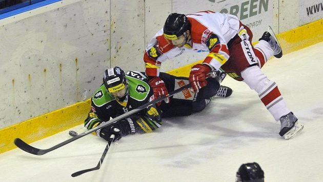Útočník Boleslavi Lukáš Pabiška (vlevo) padá v souboji s olomouckým obráncem Tomášem Houdkem.