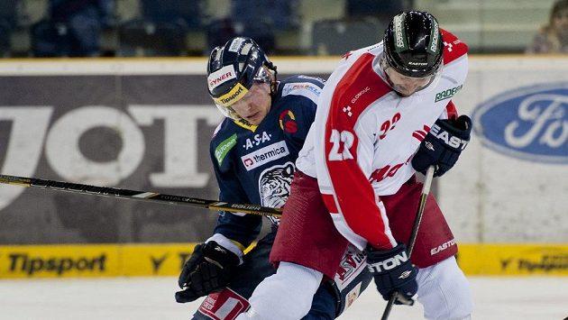 Liberecký Daniel Špaček (vlevo) bojuje o puk s Richardem Divišem z Olomouce.
