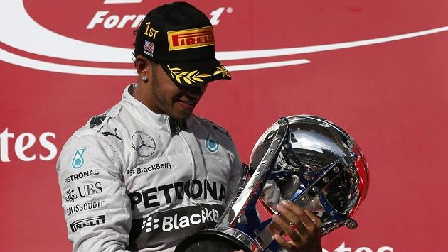 Lewis Hamilton s trofejí pro vítěze závodu v americkém Austinu.