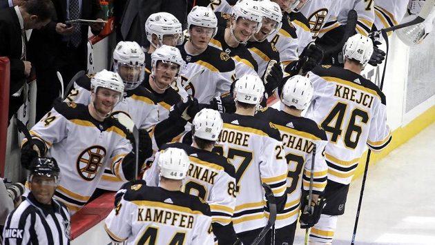 Hokejisté Bostonu se radují z gólu Davida Krejčího.