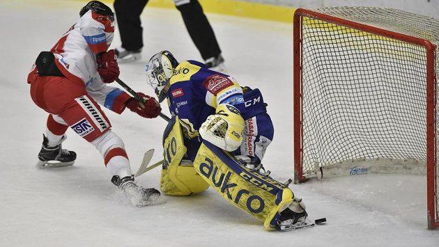 David Ostřížek z Olomouce šťastně překonává brankáře Zlína Libora Kašíka.
