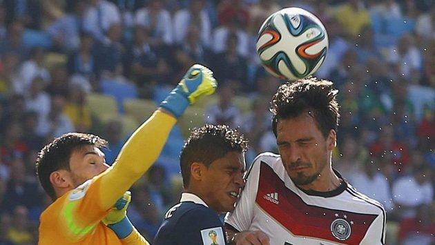 Francouzský brankář Hugo Lloris a jeho týmový kolega Raphael Varane (uprostřed) v souboji s Němcem Matsem Hummelsem.