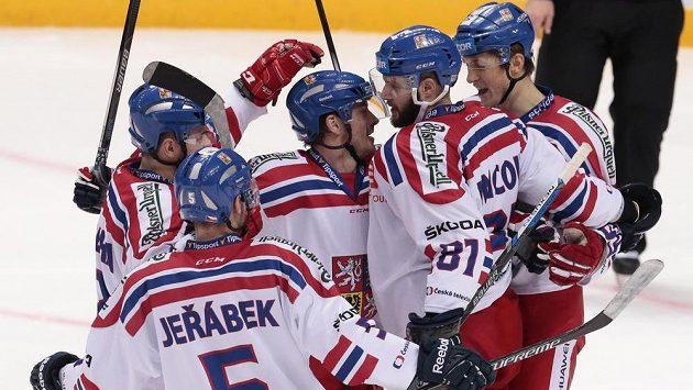 Čeští hokejisté Jakub Jeřábek (5), Milan Doudera, Petr Koukal, Tomáš Vincour (81) a Lukáš Radil (vpravo) se radují ze vstřelené branky na turnaji Channel One Cup v Moskvě proti Švédsku.