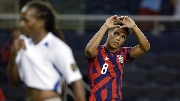 Útočník USA Nicholas Gioacchini (8) oslavuje gól proti Martiniku.