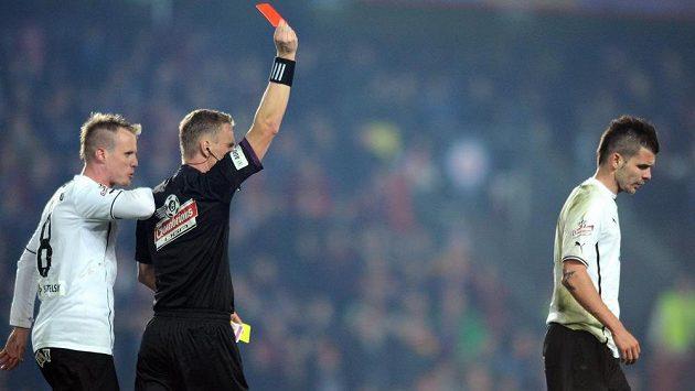 Rozhodčí Jech vylučuje plzeňského Michala Ďuriše v utkání 19. kola Gambrinus ligy na hřišti pražské Sparty.
