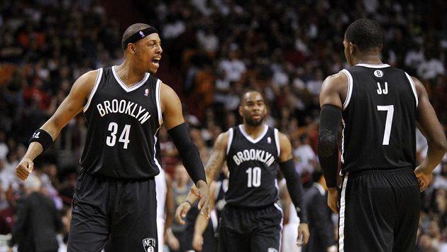 Paul Pierce (vlevo) se spoluhráči z Brooklynu.