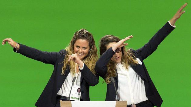 Italská snowboardistka Michela Moioliová (vlevo) a lyžařka Sofia Goggiová při finální prezentaci Milána a Cortiny coby kandidátských míst pro ZOH 2026.