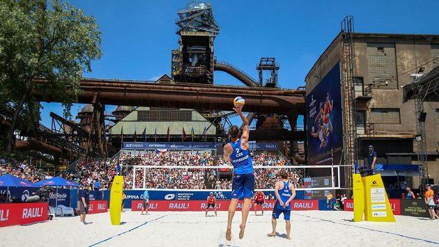Český pár Ondřej Perušič a David Schweiner (na snímku zády v modrém) během turnaje v Ostravě.