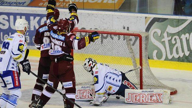 Brankář Komety Marek Čiliak inkasuje gól, přihlížejí (zleva) Libor Pivko z Brna a Tomáš Divíšek a Ivan Rachůnek ze Sparty.