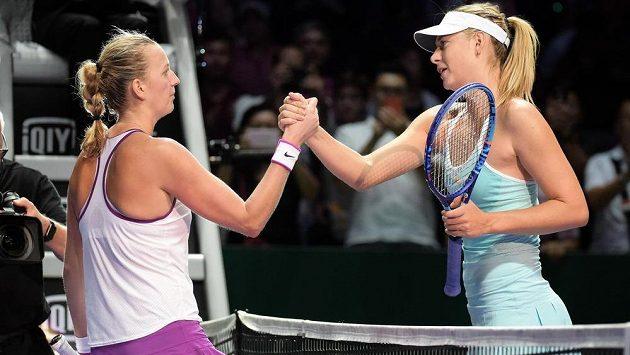 Maria Šarapovová (vpravo) a Petra Kvitová se nedávno utkaly na Turnaji mistryň, úspěšnější byla česká jednička. O víkendu se obě rivalky střetnou znovu.