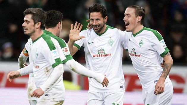 Brémští Fin Bartels (zleva), Zlatko Junuzovic, Claudio Pizarro a Max Kruse se radují po gólu proti Leverkusenu.