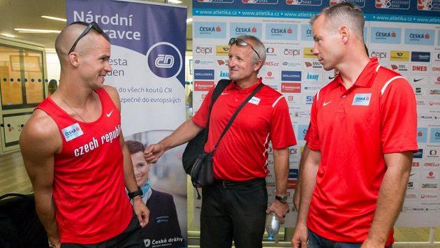 Tomáš Janků (vpravo) v debatě s trenérem Daliborem Kupkou a běžcem Jakubem Holušou.