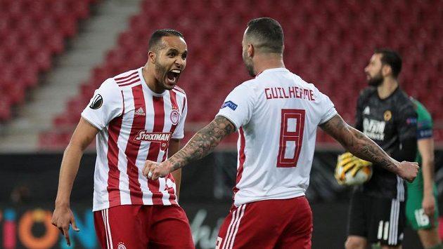 Fotbalisté Olympiakosu slaví gól v utkání Evropské ligy proti Wolverhamptonu, jež se ještě stačilo odehrát před prázdným hledištěm.