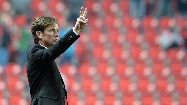Trenér Slavie Alex Pastoor diriguje své svěřence v utkání se Znojmem.