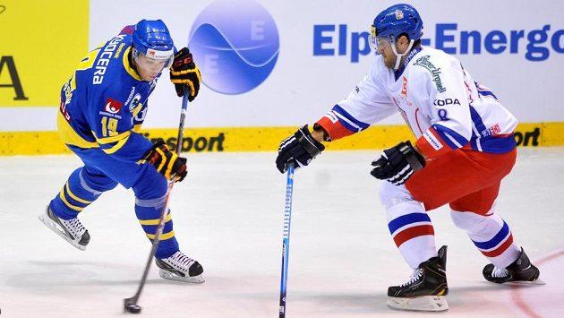 Švéd Viktor Arvidsson (vlevo) se snaží prosadit přes Ivana Rachůnka.