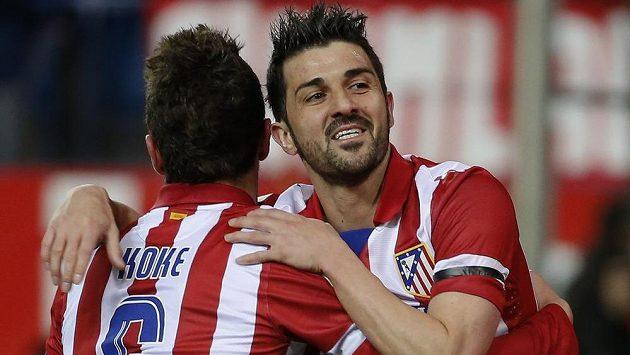 Útočník Atlétika Madrid David Villa (vpravo) a jeho spoluhráč Koke slaví vysokou výhru nad Realem Sociedad.