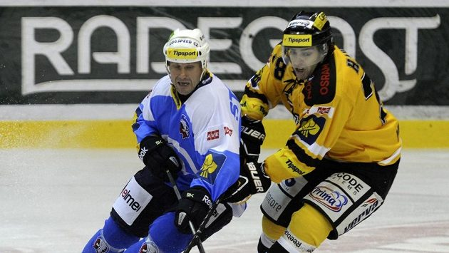 Plzeňský kapitán Martin Straka (vlevo) a Robin Hanzl z Litvínova v utkání 5. kola Tipsport extraligy.