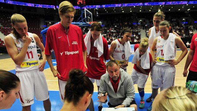 Trenér české basketbalové reprezentace Lubor Blažek udílí pokyny svým svěřenkyním.