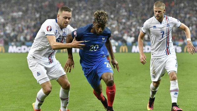Islanďan Ingason (vlevo) se snaží zastavit Francouze Kingsleyho Comana během čtvrtfinálového duelu mistrovství Evropy.