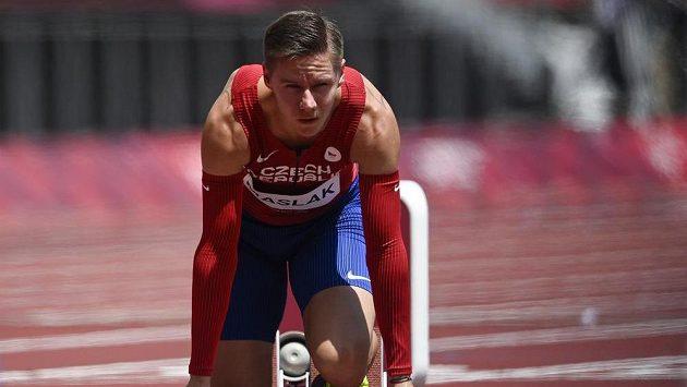 Český atlet Pavel Maslák na startu olympijského rozběhu na 400 metrů.