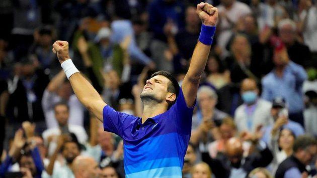 Triumfální gesto Novaka Djokoviče po postupu do finále US Open.