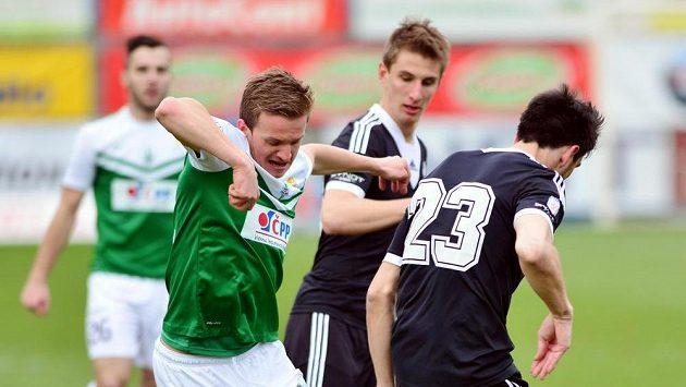 Budějovičtí fotbalisté (zprava) Jaroslav Machovec a Martin Chrien se snaží si poradit s janem Kopicem z Jablonce.