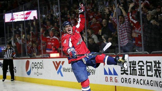 Alexandr Ovečkin oslavuje svůj 600. gól v NHL.