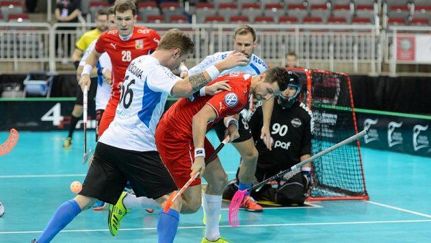 Urputný boj s Estonci svádí Daniel Šebek, před brankou situaci sleduje Matěj Jendrišák.