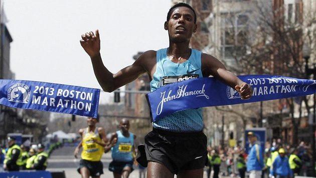 Etiopský vytrvalec Lelisa Desisa protíná cílovou pásku na Bostonském maratónu.