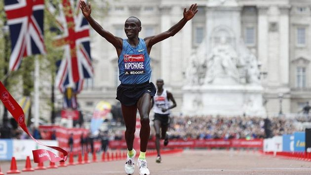 Keňský běžec Eliud Kipchoge ovládl Londýnský maratón.
