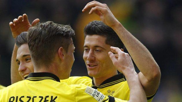 Fotbalisté Dortmundu Moritz Leitner (vlevo), Lukasz Piszczek a Robert Lewandowski se radují z gólu.