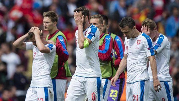 Smutní čeští fotbalisté (zleva v bílém) Vladimír Darida, Tomáš Sivok, David Lafata a David Limberský po prohraném utkání se Španělskem.