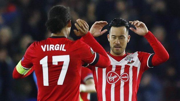 Fotbalisté Southamptonu Virgil van Dijk (vlevo) and Maja Jošida se radují z vítězství nad Interem.