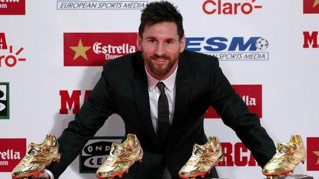 Barcelonský Lionel Messi pózuje se svojí sbírkou Zlatých kopaček-