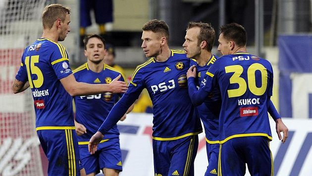 Hráči Jihlavy se radují z gólu Murise Mešanoviče (třetí zprava) - ilustrační foto