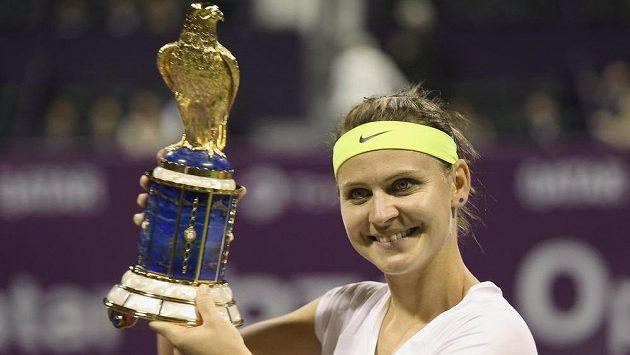 Lucie Šafářová s trofejí pro vítězku turnaje v Dauhá.