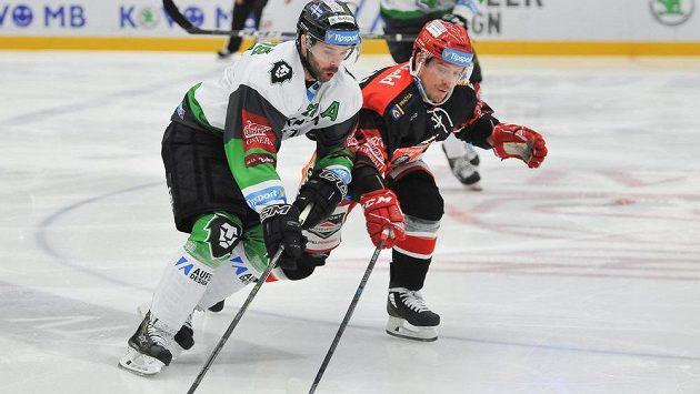 Mladoboleslavský útočník Jakub Klepiš a Petr Koukal z Hradce Králové v akci během utkání 38. kola hokejové Tipsport extraligy.