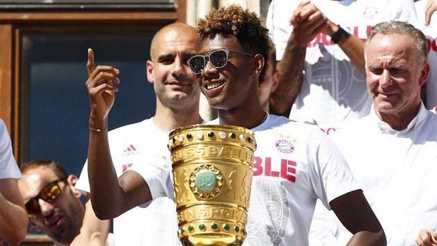 David Alaba z Bayernu (při oslavách vítězství v Německém poháru) nechybí v rakouské nominaci.