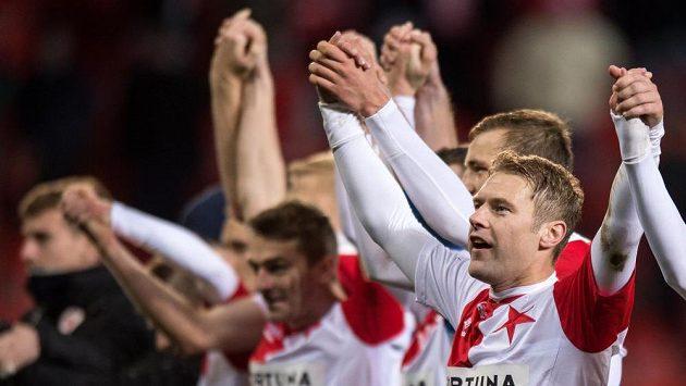 Karel Piták a jeho spoluhráči ze Slavie děkují fanouškům po výhře nad Příbramí.