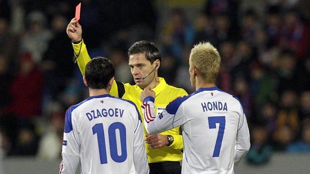 Alan Dzagojev z CSKA Moskva (vlevo) dostává červenou kartu na hřišti Plzně. Viktoria přesilovku využila a zajistila si setrvání v pohárové Evropě.
