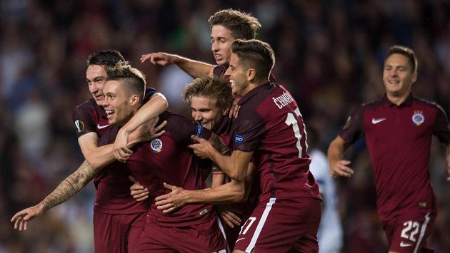 Václav Kadlec (druhý zleva) se raduje se spoluhráči ze Sparty z branky, kterou vstřelil Interu Milán.
