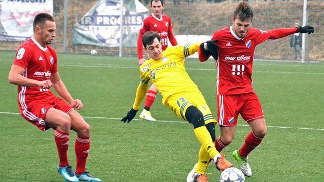 Milan Jirásek (úplně vpravo) v přípravném utkání proti slovenským Michalovcům.