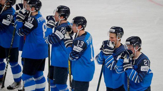 Posmutnělí hokejisté Finska po finálové prohře s Kanadou na MS v Lotyšsku.