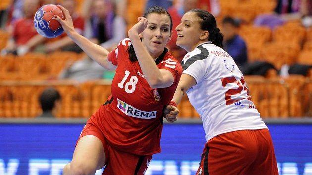 Iveta Luzumová (vlevo) se snaží střelecky prosadit přes bránící Faten Jahíauiovou z Tuniska.