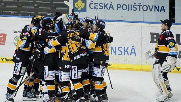 Litvínovští hokejisté slaví výhru na Spartě.
