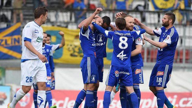 Fotbalisté Olomouce se radují z gólu proti Zlínu.