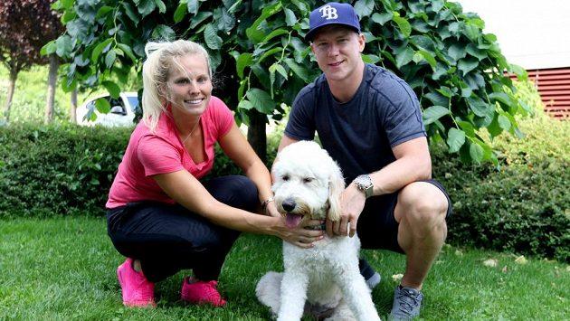 Ondřej Palát po návratu ze zámoří s přítelkyní Barborou a psem Snowiem.