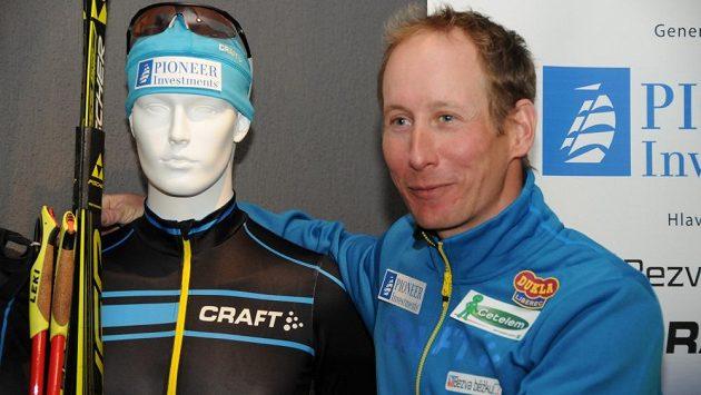 Lukáš Bauer představuje kombinézu nového týmu dálkových běžců na lyžích.