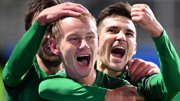 Jan Chramosta oslavuje s jabloneckými spoluhráči gól proti Plzni.