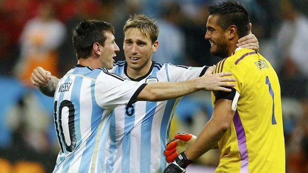 Argentinci slaví: zleva Lionel Messi, Lucas Biglia a brankář Sergio Romero.